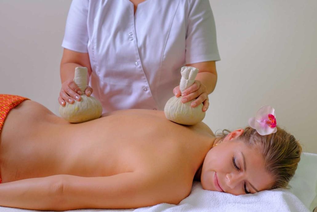 Kräuterstempel Massage im Schönheitssalon Patcharee in Hamburg Niendorf