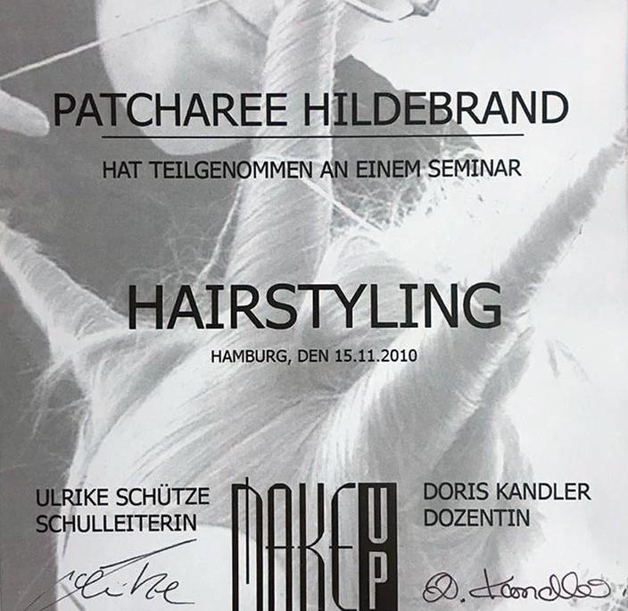Dies ist ein Zertifikat der Hamburger Schule für Gesichtsgestaltung für Patcharee Hildebrand über die erfolgreiche Teilnahme an dem Seminar 'Hairstyling'