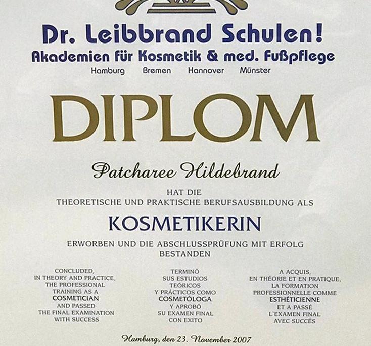 Dies ist ein Diplom der Dr. Leibbrand Schulen für Patcharee Hildebrand über die theoretische und praktische Ausbildung als Kosmetikerin
