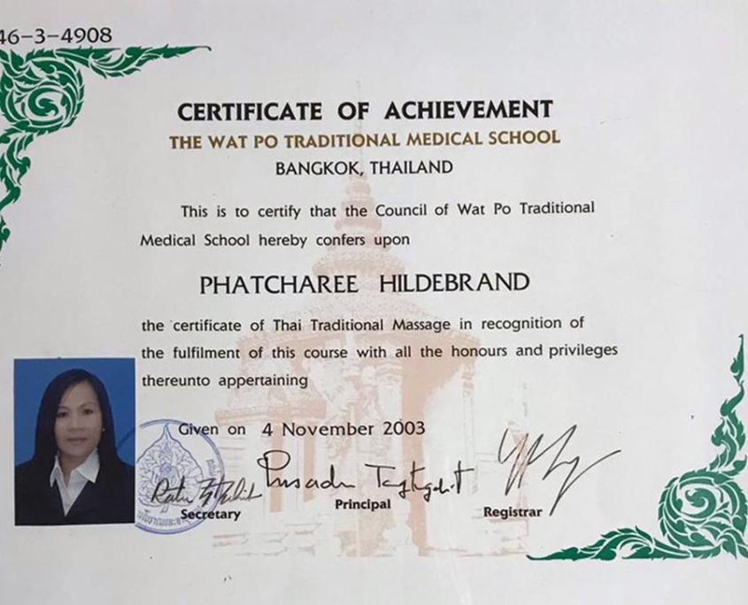 Dies ist ein Zertifikat der berühmten Massageschule des Klosters Wat Pho in Bangkok für Patcharee Hildebrand über die erfolgreiche Ausbildung im Bereich Traditionelle Thai Massage.