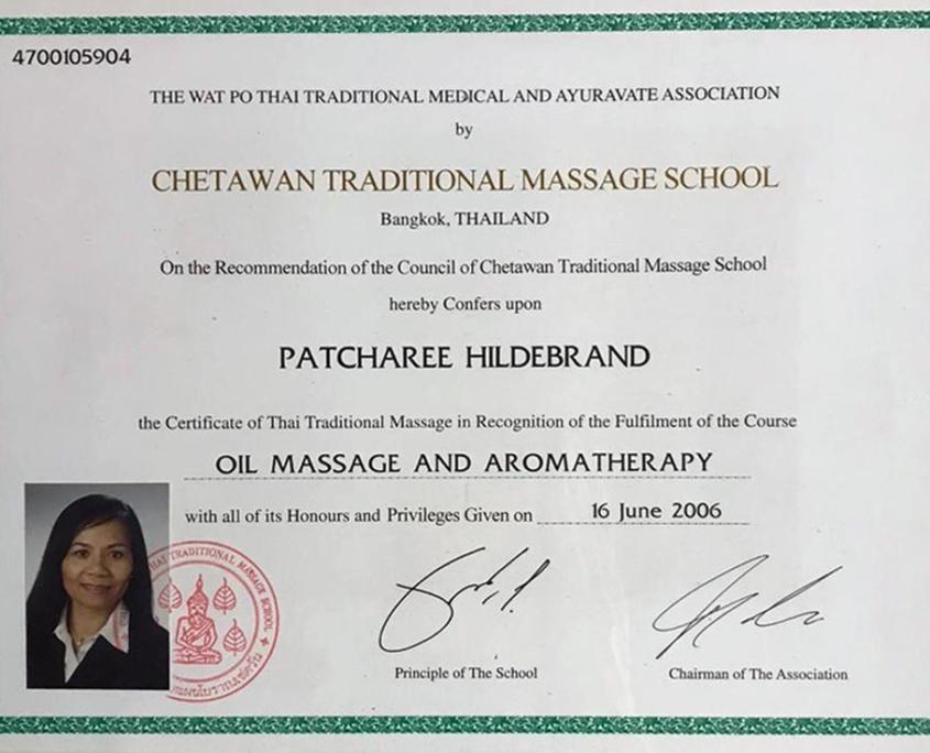 Dies ist ein Zertifikat der berühmten Massageschule des Klosters Wat Pho in Bangkok für Patcharee Hildebrand über die erfolgreiche Teilnahme an dem Kursus Ölmassage und Aromatherapie