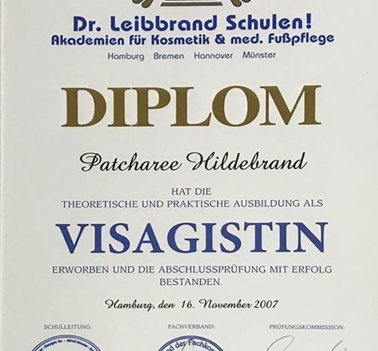 Dies ist ein Diplom der Dr. Leibbrand Schulen für Patcharee Hildebrand über die theoretische und praktische Ausbildung als Visagistin