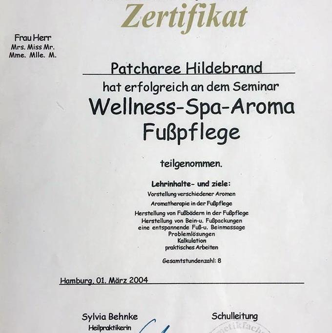 Dies ist ein Zertifikat der Akademie der Kosmetik für Patcharee Hildebrand über die erfolgreiche Teilnahme am Seminar 'Wellness-Spa-Aroma-Fußpflege'