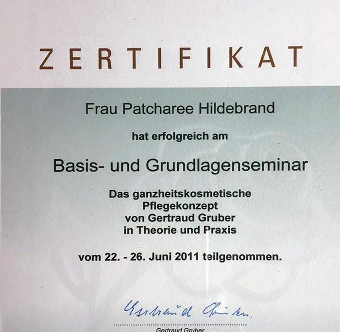 Dies ist ein Zertifikat von Gertraud Gruber Kosmetik für Patcharee Hildebrand über die erfolgreiche Teilnahme am Grundlagenseminar 'Das ganzheitskosmetische Pflegekonzept'.